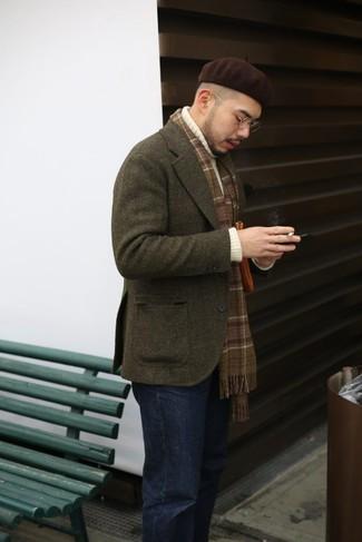 Come indossare: blazer di lana verde oliva, dolcevita lavorato a maglia bianco, jeans neri, berretto marrone scuro