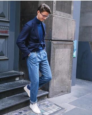 Come indossare e abbinare: blazer blu scuro, dolcevita blu scuro, jeans blu, sneakers basse bianche