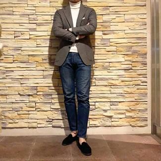 Come indossare e abbinare: blazer di lana a quadretti marrone, dolcevita bianco, jeans blu scuro, mocassini eleganti in pelle scamosciata neri