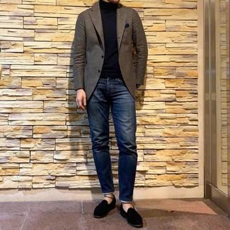 Come indossare e abbinare: blazer di lana marrone, dolcevita nero, jeans blu scuro, mocassini eleganti in pelle scamosciata neri