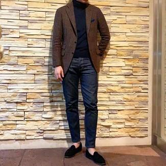 Come indossare e abbinare: blazer di lana a quadretti marrone, dolcevita nero, jeans blu scuro, mocassini eleganti in pelle scamosciata neri