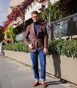 Come indossare e abbinare: blazer di lana marrone, dolcevita blu scuro, jeans blu, mocassini eleganti in pelle scamosciata terracotta