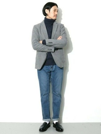 Trend da uomo 2020 in primavera 2020: Potresti abbinare un blazer di lana grigio con jeans blu per creare un look smart casual. Scegli un paio di mocassini eleganti in pelle neri come calzature per mettere in mostra il tuo gusto per le scarpe di alta moda. Questo è certamente il look da copiare in questa stagione primaverile.