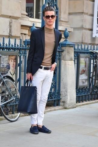 Come indossare e abbinare jeans bianchi: Opta per un blazer blu scuro e jeans bianchi per creare un look smart casual. Per distinguerti dagli altri, scegli un paio di mocassini driving in pelle scamosciata blu scuro.
