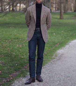 Come indossare e abbinare jeans blu scuro: Potresti indossare un blazer con motivo pied de poule marrone scuro e jeans blu scuro per un look semplice, da indossare ogni giorno. Prova con un paio di scarpe derby in pelle marrone scuro per un tocco virile.
