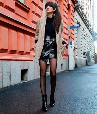 La versatilità di un blazer a quadri beige e una minigonna in pelle nera li rende capi in cui vale la pena investire. Scegli un paio di stivaletti in pelle neri come calzature per dare un tocco classico al completo.