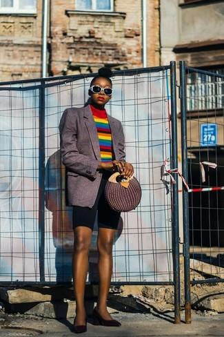 Come indossare e abbinare: blazer a righe verticali grigio scuro, dolcevita a righe orizzontali multicolore, pantaloncini ciclisti neri, décolleté in pelle neri