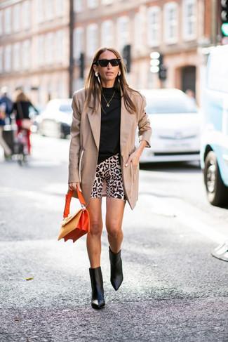 Come indossare e abbinare un blazer marrone chiaro: Scegli un outfit composto da un blazer marrone chiaro e pantaloncini ciclisti leopardati beige per affrontare con facilità la tua giornata. Stivaletti in pelle neri sono una valida scelta per completare il look.