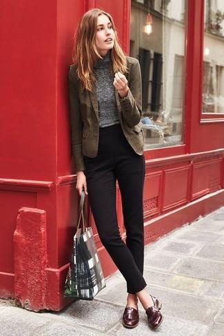 Come indossare: blazer di cotone marrone, dolcevita grigio, pantaloni eleganti neri, mocassini eleganti in pelle marroni