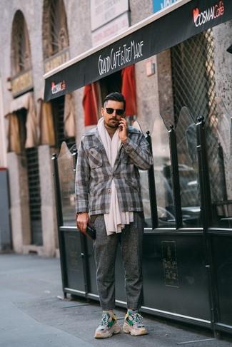 Come indossare e abbinare: blazer di lana scozzese grigio, dolcevita marrone chiaro, pantaloni eleganti di lana grigi, scarpe sportive beige