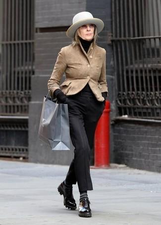 Come indossare: blazer in pelle scamosciata marrone chiaro, dolcevita nero, pantaloni eleganti neri, scarpe derby in pelle nere