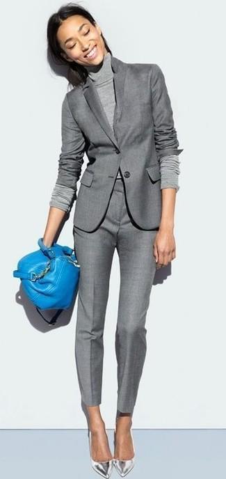 Come indossare: blazer grigio, dolcevita grigio, pantaloni eleganti grigi, décolleté in pelle argento