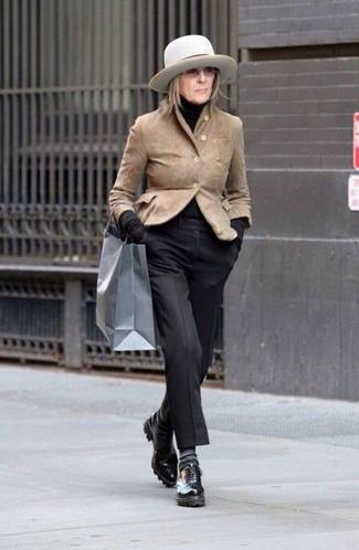 Come indossare e abbinare: blazer in pelle scamosciata marrone chiaro, dolcevita nero, pantaloni eleganti neri, scarpe oxford in pelle nere