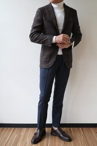 Come indossare e abbinare: blazer di lana scozzese grigio scuro, dolcevita bianco, pantaloni eleganti blu scuro, scarpe monk in pelle marrone scuro