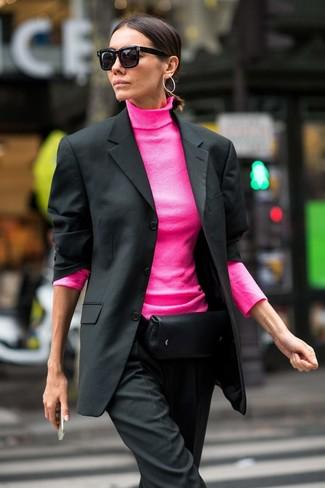 Come indossare e abbinare: blazer nero, dolcevita fucsia, pantaloni eleganti neri, marsupio in pelle nero