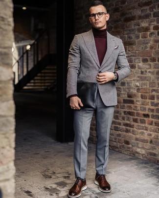 Come indossare e abbinare: blazer di lana a quadretti grigio, dolcevita bordeaux, pantaloni eleganti grigi, scarpe brogue in pelle marroni