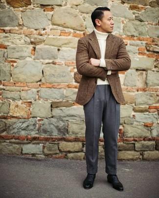 Come indossare e abbinare un dolcevita di lana bianco: Indossa un dolcevita di lana bianco e pantaloni eleganti grigio scuro per un look elegante e di classe. Per le calzature, scegli lo stile classico con un paio di scarpe oxford in pelle nere.