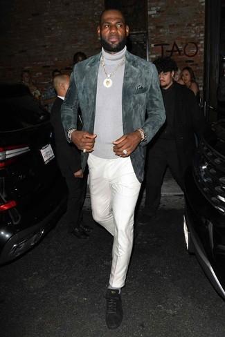 Come indossare e abbinare: blazer in pelle scamosciata grigio, dolcevita grigio, pantaloni eleganti bianchi, sneakers basse in pelle scamosciata nere