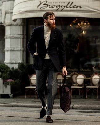 Come indossare e abbinare pantaloni eleganti di lana grigio scuro: Abbina un blazer nero con pantaloni eleganti di lana grigio scuro per un look elegante e di classe. Questo outfit si abbina perfettamente a un paio di mocassini eleganti in pelle scamosciata marrone scuro.