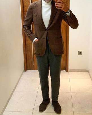 Come indossare e abbinare un dolcevita bianco: Metti un dolcevita bianco e pantaloni eleganti verde scuro per un look elegante e di classe. Scarpe derby in pelle scamosciata marrone scuro sono una splendida scelta per completare il look.