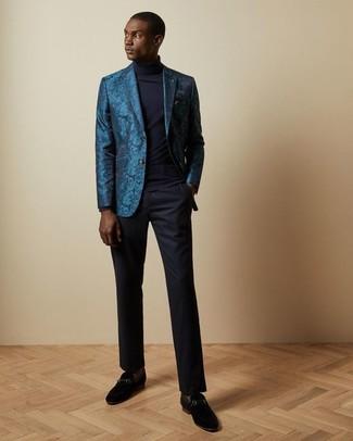 Come indossare e abbinare: blazer in broccato foglia di tè, dolcevita blu scuro, pantaloni eleganti blu scuro, mocassini eleganti in pelle scamosciata neri