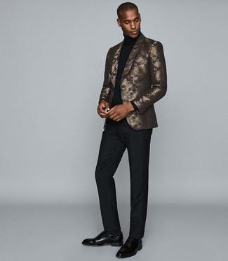 Come indossare e abbinare: blazer stampato dorato, dolcevita nero, pantaloni eleganti neri, scarpe oxford in pelle nere