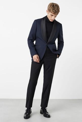 Trend da uomo 2020: Scegli un blazer blu scuro e pantaloni eleganti neri per un look elegante e di classe. Perfeziona questo look con un paio di scarpe derby in pelle nere.