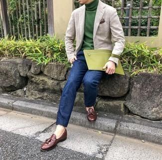 Come indossare e abbinare un dolcevita verde: Scegli uno stile classico in un dolcevita verde e pantaloni eleganti blu scuro. Mocassini con nappine in pelle marroni sono una valida scelta per completare il look.
