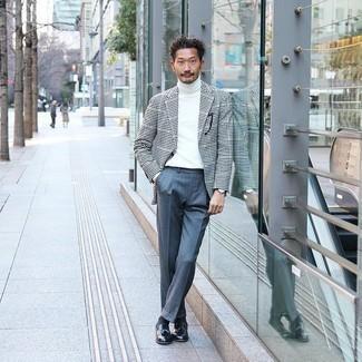 Trend da uomo 2020 in primavera 2021: Prova a combinare un blazer a quadretti nero e bianco con pantaloni eleganti di lana blu per un look elegante e di classe. Mocassini con nappine in pelle neri sono una buona scelta per completare il look. È eccellente scelta per questa primavera!