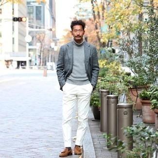Trend da uomo 2020 in primavera 2021: Combina un blazer grigio con pantaloni eleganti bianchi per un look elegante e alla moda. Mocassini con nappine in pelle scamosciata terracotta sono una valida scelta per completare il look. Un outfit fantastico per essere cool e perfettamente alla moda anche durante la stagione primaverile.