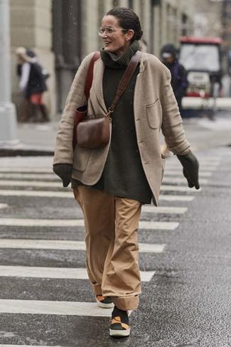 Come indossare: blazer di lana beige, dolcevita lavorato a maglia verde scuro, pantaloni larghi marrone chiaro, sneakers senza lacci di tela multicolori