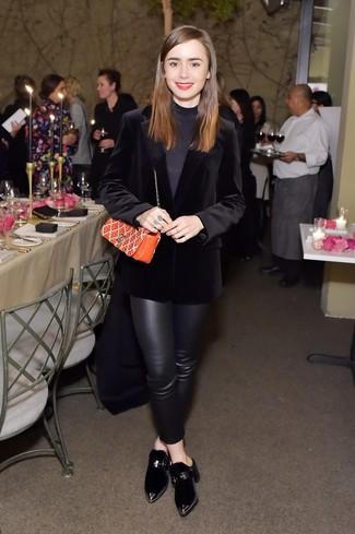 Come indossare: blazer di velluto nero, dolcevita nero, pantaloni skinny in pelle neri, sabot di velluto neri