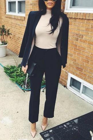 Come indossare: blazer nero, dolcevita beige, pantaloni stretti in fondo neri, décolleté in pelle beige
