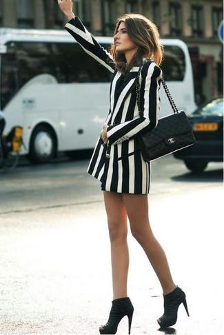 Come indossare: blazer doppiopetto a righe verticali bianco e nero, stivaletti in pelle scamosciata neri, cartella in pelle trapuntata nera