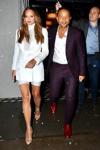 Come indossare: blazer doppiopetto bianco, dolcevita bianco, pantaloncini ciclisti bianchi, sandali con tacco in pelle argento