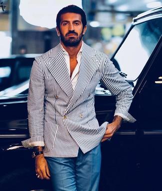 Come indossare e abbinare pantaloni eleganti blu: Potresti indossare un blazer doppiopetto a righe verticali bianco e blu scuro e pantaloni eleganti blu per un look elegante e di classe.