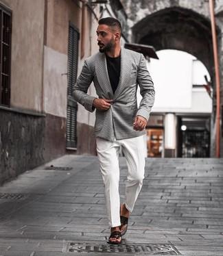 Come indossare e abbinare: blazer doppiopetto con motivo pied de poule bianco e nero, camicia elegante bianca, t-shirt girocollo nera, infradito in pelle neri