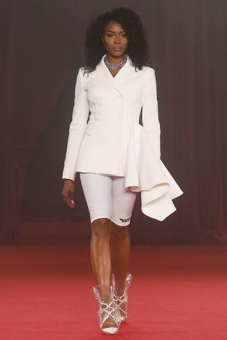 Come indossare: blazer doppiopetto bianco, pantaloncini ciclisti bianchi, décolleté in pelle bianchi, collana argento