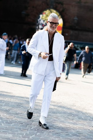 Come indossare: blazer doppiopetto bianco, polo nero, pantaloni eleganti bianchi, stivali eleganti in pelle neri e bianchi