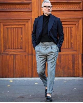 Come indossare e abbinare pantaloni di lana grigi con scarpe