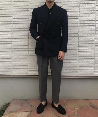 Trend da uomo 2020 in autunno 2020: Punta su un blazer doppiopetto blu scuro e pantaloni eleganti grigio scuro per essere sofisticato e di classe. Scegli un paio di mocassini con nappine di velluto neri come calzature per un tocco più rilassato. Ecco un look must have per l'autunno.