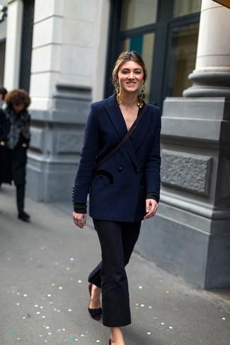 Come indossare e abbinare: blazer doppiopetto blu scuro, pantaloni a campana neri, décolleté in pelle scamosciata bordeaux, orecchini dorati