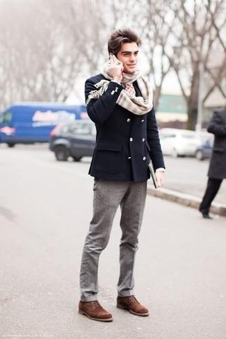Come indossare e abbinare: blazer doppiopetto blu scuro, pantaloni eleganti grigi, stivali casual in pelle scamosciata marroni, sciarpa scozzese beige