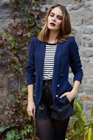 Come indossare: blazer doppiopetto blu scuro, t-shirt girocollo a righe orizzontali bianca e nera, pantaloncini in pelle neri, collant nero