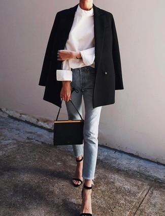 Come indossare e abbinare: blazer doppiopetto nero, camicetta manica lunga bianca, jeans azzurri, sandali con tacco in pelle scamosciata neri