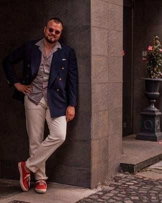 Trend da uomo 2021: Indossa un blazer doppiopetto blu scuro e chino beige per un look davvero alla moda. Abbina questi abiti a un paio di sneakers basse di tela rosse.