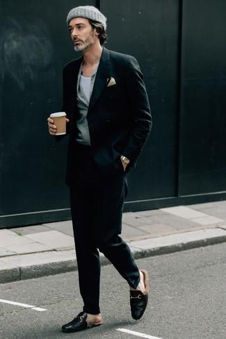 Come indossare e abbinare pantaloni eleganti neri: Indossa un blazer doppiopetto nero con pantaloni eleganti neri come un vero gentiluomo. Scegli un paio di mocassini eleganti in pelle neri per un tocco più rilassato.
