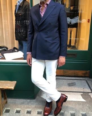 Come indossare e abbinare: blazer doppiopetto blu scuro, camicia a maniche lunghe a quadretti rossa e bianca, chino bianchi, scarpe oxford in pelle marroni