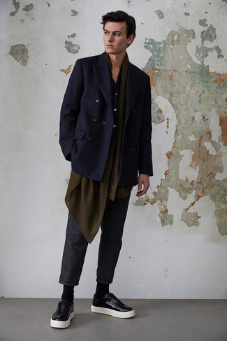 Come indossare e abbinare una camicia a maniche lunghe blu scuro: Combina una camicia a maniche lunghe blu scuro con chino a righe verticali grigio scuro per vestirti casual. Sneakers basse in pelle nere sono una valida scelta per completare il look.