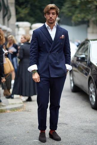 Come indossare e abbinare mocassini eleganti in pelle scamosciata marrone scuro: Indossa un blazer doppiopetto blu scuro e chino blu scuro per creare un look smart casual. Rifinisci il completo con un paio di mocassini eleganti in pelle scamosciata marrone scuro.